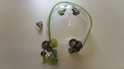 câble marron 2mm recouvert de buna core,petite rose verte et spirales