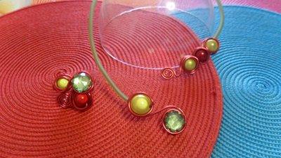 câble rouge 2mm orné de spirale+perles couvert de buna core vert +bague