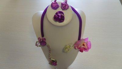 parure 3p spirales et déco fushia sur câble 2mm or entourée de buna cord violet