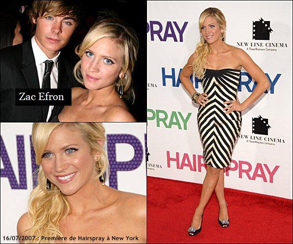 . 2007 (Re)Découvre quelques stills et photos promos du film Hairspray, on y retrouve notamment Zac Efron, Amanda Bynes et John Travolta.  - FLASHBACK - As-tu vu le film ? As-tu aimé ?  .