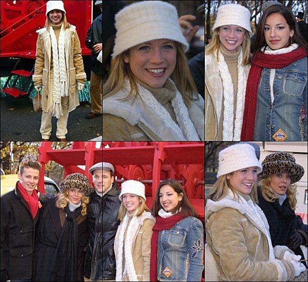 . 11.2003 La famille Prayor lors de la parade de Thanksgiving.  As-tu aimé sa tenue ?  .