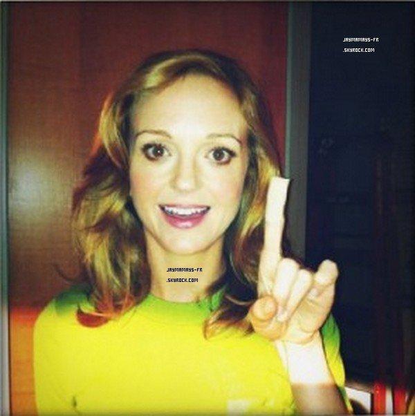 Voici une nouvelle photo de Jayma sur le tournage de la saison 3 de Glee