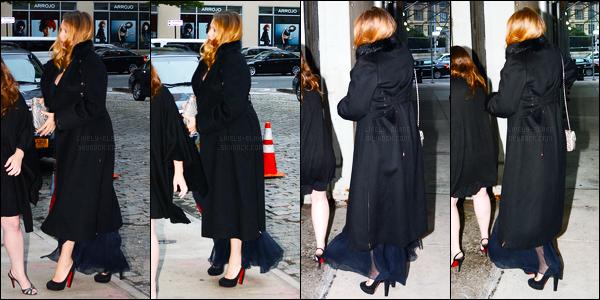 02.10.2016 ─ Blake Lively a été photographiée, alors, qu'elle arrivait au mariage d'une amie, étant, dans Tribeca.Même si on ne la voit pas énormément, Blake est enfin sortie de son trou ! Sa tenue on ne peut même pas l'apercevoir à travers de son manteau...