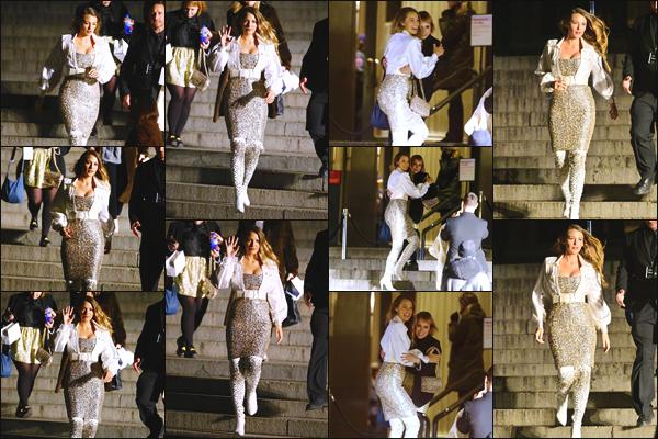 - ''•-04/12/18-'  Blake Lively était présente lors des « Chanel Metiers D'Art 2018/19 Show » ayant lieu à New York. C'est dans une tenue pleine de paillettes que notre actrice préférée à été photographiée descendant des marches. Je lui accorde un top pour cette tenue. -