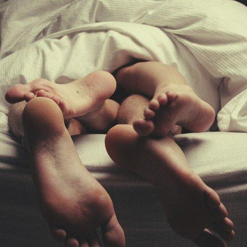 Ces plaisirs violents ont des fins violentes. Dans leurs excès ils meurent tels la poudre et le feu que leur baiser consume.