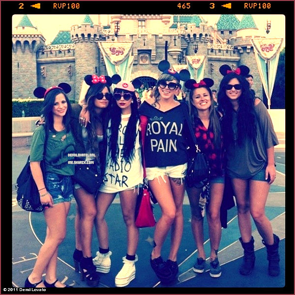 . Photos personnelles : Beautiful. . 21/08/11 : Demi Lovato & ses amies étaient à Disney, Anaheim à Los Angeles.    .