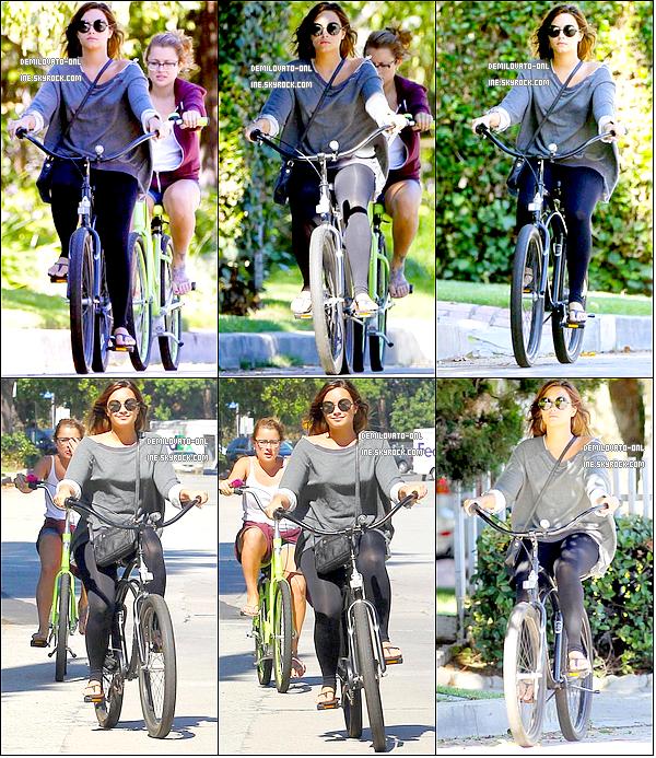 . Candids : Simple . 25/08/11 : Demi a été vue avec une amie faisant du vélo pour aller déjeuner au « Mel's Diner ».