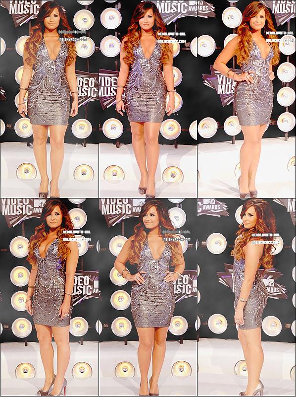 . Event : She's hot ! . 28/08/11 : Demi Lovato était attendue à la cérémonie des « MTV Video Music Awards 2011 ».         C'est au Nokia Theatre que tous les artistes pop, r&b, rap se sont rassemblés pour la célèbre cérémonie  des « MTV Video Music Awards 2011 ». C'est dans une robe décolletée de couleur grise et argentée que Demi a posé sur la tapis blanc de la cérémonie. Ce qu'on peut dire c'est que tout fait très siiiiilver, les escarpins, les ongles et également le maquillage, mais personnellement j'adhère. Miss Lovato fait très sexy et comme vous avez pu le constater elle adore les décolletés. Pour moi c'est un TOP ! Et vous que pensez-vous de la tenue ? .