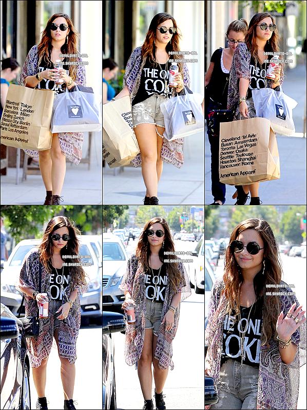 . Candids : She loves her sunglasses. . 02/09/11 : Demi accompagnée d'une amie sont allées faire du shopping dans Los Angeles.