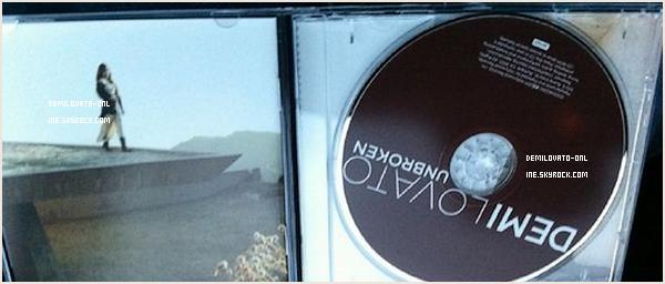 . Other : Unbroken !  . Des photos de l'album « Unbroken »  que des fans ont eu la chance d'acheter en avant-première.