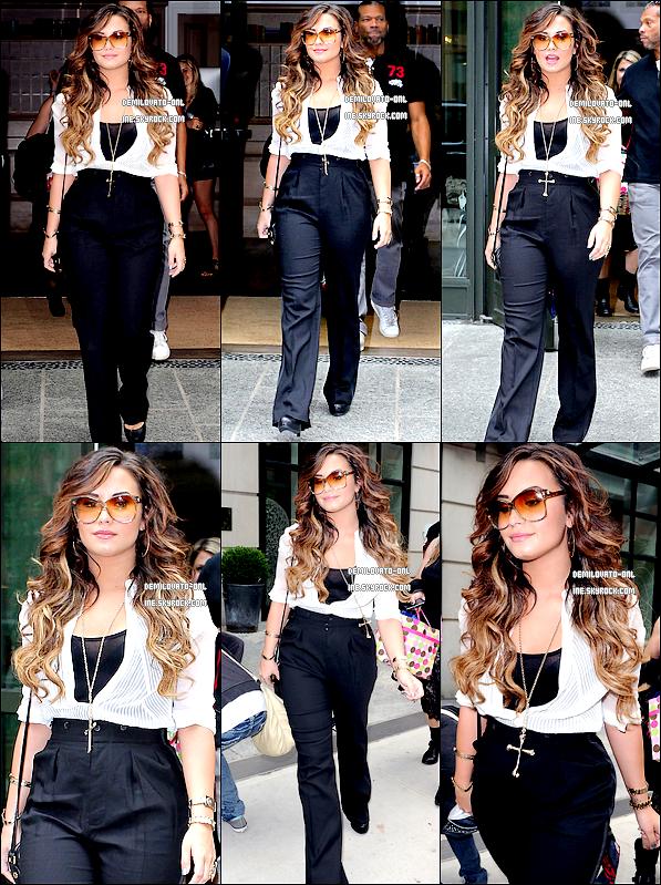. Candids: : Her Look ♥  . 21/09/11 : Demi Lovato quittant son hôtel à Manhattan pour se rendre à la radio « Z100 ».   .
