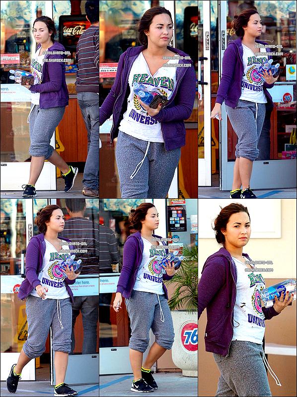 . Candids : FLOP !  . 07/10/11 : Demi dans la matinée, a été aperçue tout au naturel sortant de « Sherman Oaks »    .