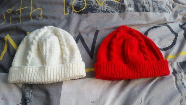 mes deux derniers ouvrages, deux bonnets adultes pour l'hiver prochain...