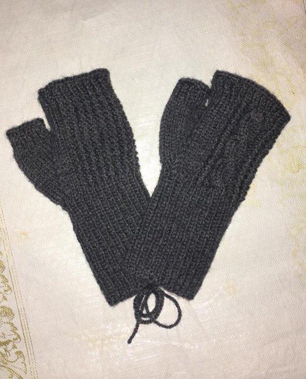 une paire de mitaines grises, les deux sont identiques sauf qu'une est retournée...