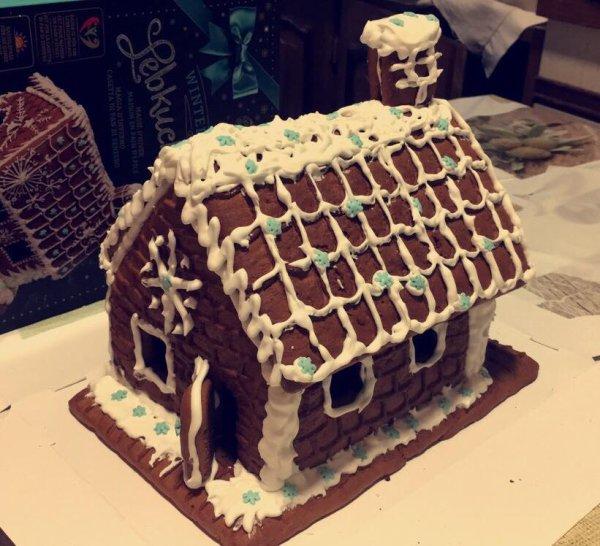 pour Noël, j'ai reçu une maison en pain d'épice à construire, c fait...