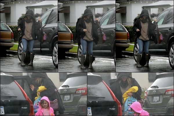 13/02/2019 : Rachel Bilson sous une pluie battante était accompagnée de sa fille Briar Rose à Los Angeles
