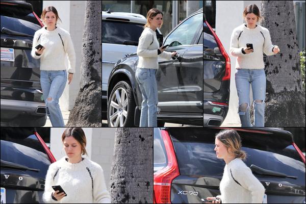 07.03.2019   ▬ Rachel Bilson en ce début du mois de Mars est sortie déjeuner à Los Feliz situé à Los Angeles   C'est vêtue d'un pull et d'un jean déchiré que l'on retrouve Rachel qui était au téléphone, c'est un petit top pour ma part
