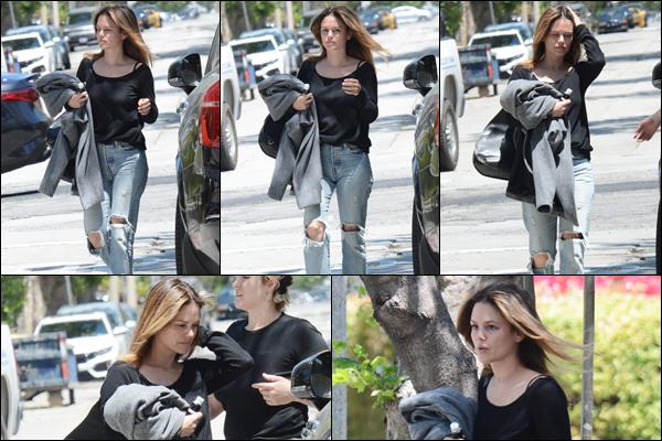 13.05.2019 :Rachel Bilson cette fois-ci toute seule a été aperçue se promenant dans les rues de Los Angeles  Enfin une sortie de Rachel ça fait plaisir elle était très jolie pour moi c'est un magnifique top, ses sorties se font rare en ce moment !
