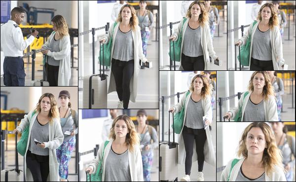 25/06/2019 : Rachel Bilson a été aperçue avec une valise à la main à l'aéroport de Toronto situé au Canada Rachel Bilson est apparue au naturel, sans maquillage et visiblement très fatiguée c'est un petit top pour ma part