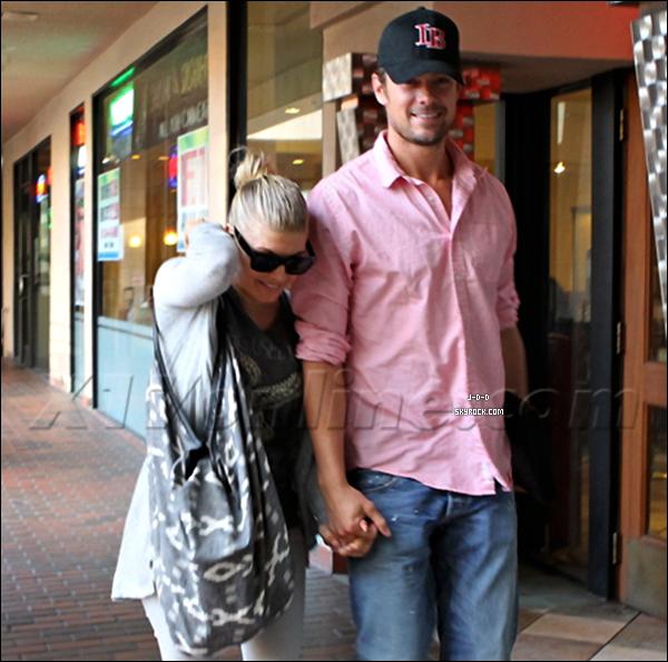 . 06/10/2011Joshua a été vu avec sa femme Fergie allant à un restaurant de Sushi a Brentwood .  .