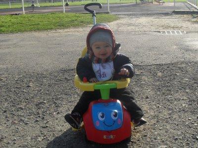 mon bb au parc dans son vélo
