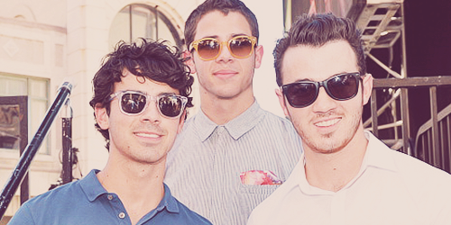 « We'll be the kings and queens of our broken scene. » The Jonas Brothers.