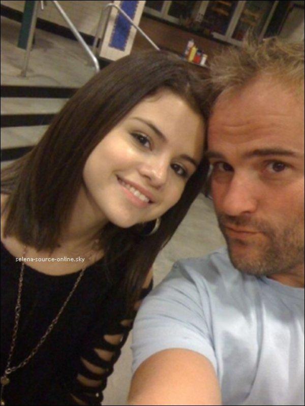 Nouvelle photo personnelle de Selena avec David Deluise ( Jerry ) sur le set de La saison 4 des Wizard Of Waverly Place. +  Message de Selena.