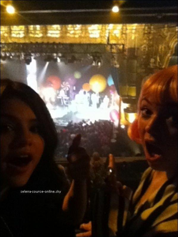 10/10/10 : Selena a posté une photo d'elle et Jennyfer Stone sur son twitter, lors d'un concert de Katy Perry .