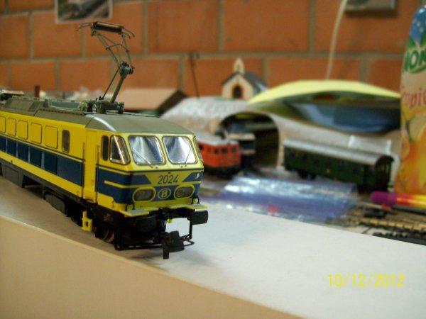 notre loco Roco série 20 en livrée jaune/bleue