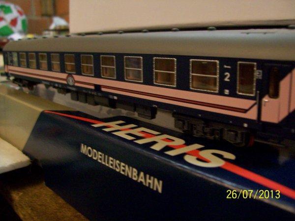 """notre voiture I5 """" couchette """" L.S.Models en livrée bleue - rose"""