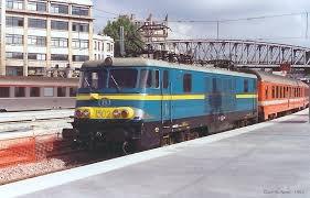 """convoie international : loco électrique série 21 """"bleue"""" et divers voitures ..."""