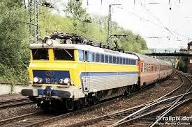 """convoie international : loco électrique série 18 """"bleue-jaune"""" et divers voitures ..."""