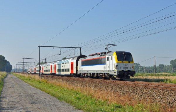 convoie : loco électrique série 18 + divers voitures M6 sur la ligne Luxembourg-Ostende
