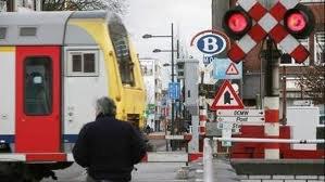 """autorail AR """"41"""" au passage a niveau en provenance de Tournai"""