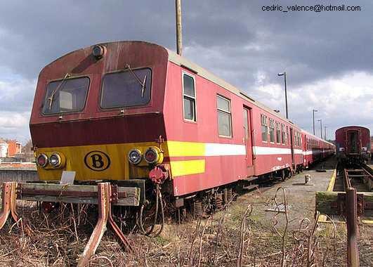 Ancienne voiture pilote M2 en livrée Bordeaux