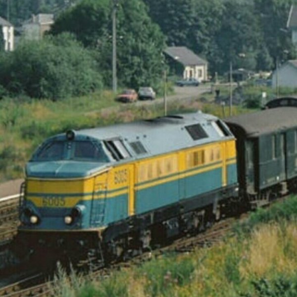 Locomotive diesel serie 60 en livrée bleue/jaune