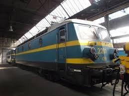 locomotive électrique série 22 en livrée bleue-jaune