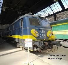 locomotive électrique série 25 en livrée jaune-bleue