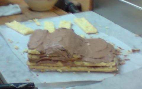 génoise a la creme au beurre chocolaté entouré de pate de sucre glace colorée