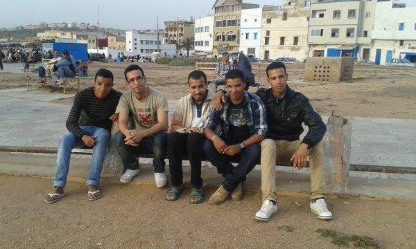 moi avec mes amis au korniche*