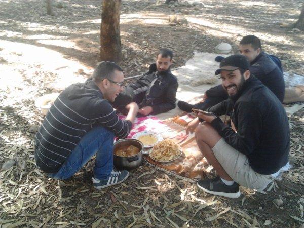 وليمة جماعية في الغابة مع الأصدقاء