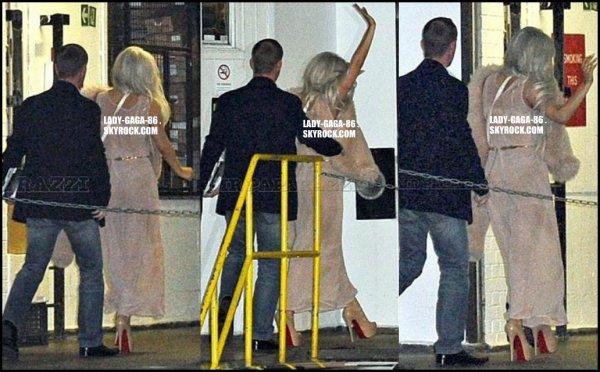 03/11/11 - Lady Gaga et son petit ami Taylor Kinney ont été aperçu à Londres devant leur hôtel.