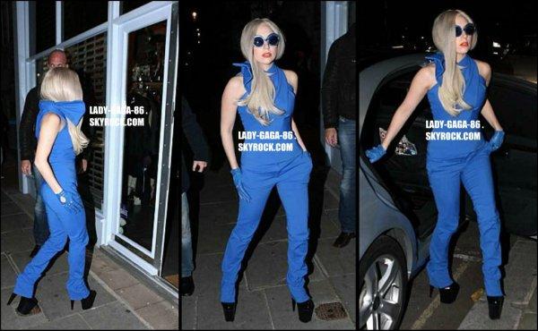 15 Novembre 2011 . Lady Gaga aperçue sortant de son hôtel à Londres.