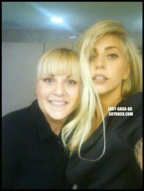 19/01/12 Lady Gaga a été aperçue par une fan à Baton Rouge en Louisiane.