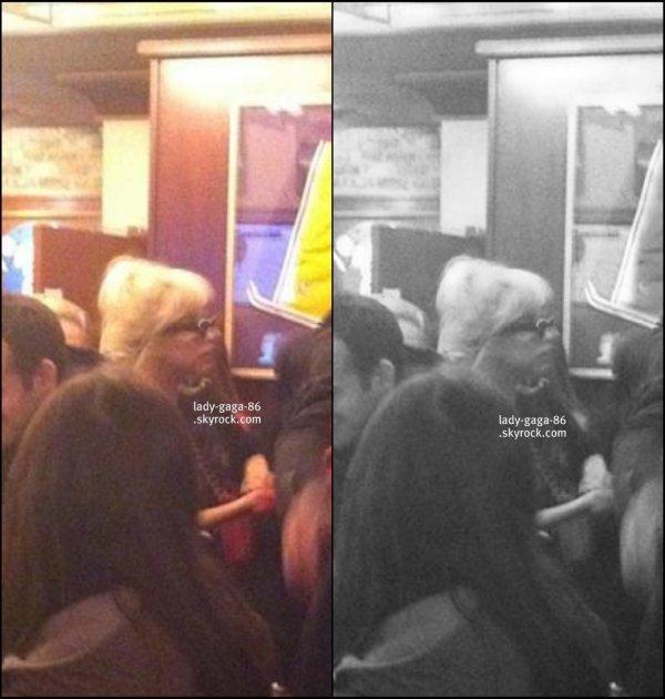04/03/12 - Lady Gaga aperçue au Lou Malnati's Pizzeria à Chicago.