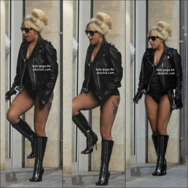{FLASH BACK}.  08/12/10 : Lady Gaga à été aperçue se dirigeant dans une pizzeria à Barcelonne.