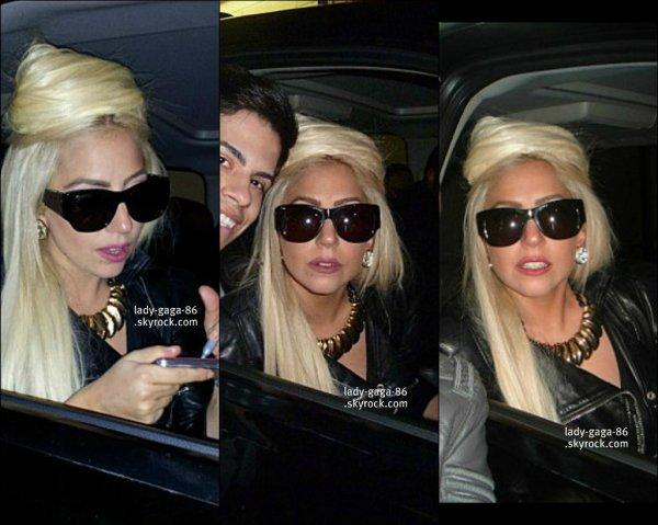02/04/12 - Lady Gaga à été aperçue sortant de son hôtel pour rejoindre une voiture à Chicago. Toujours avec ses lunettes de soleil, elle ne les lâcheras jamais ! - un TOP ..