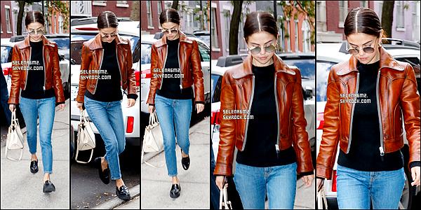 ○ Selena à été vu à New York. Le 30 / 09 / 2017. J'aime beaucoup sa tenue surtout sa veste. Je lui donne un Top et Vous ?