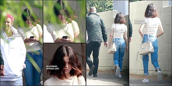 ○ Selena à été allant dans une église avec Justin. Le 29 / 10 / 2017. Sa tenue est simple mais j'aime bien. Je lui donne un Top et Vous ?