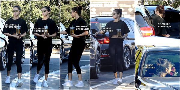 """○ Selena à été vu arrivant puis quittant """"Hot Pilates """" à West Hollywood. Le 03 / 11 / 2017. Sa tenue est très simple, mais j'aime bien. Je lui donne un Top et Vous ?"""